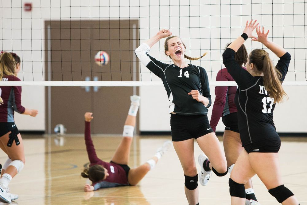 Jenter feirer volleyball